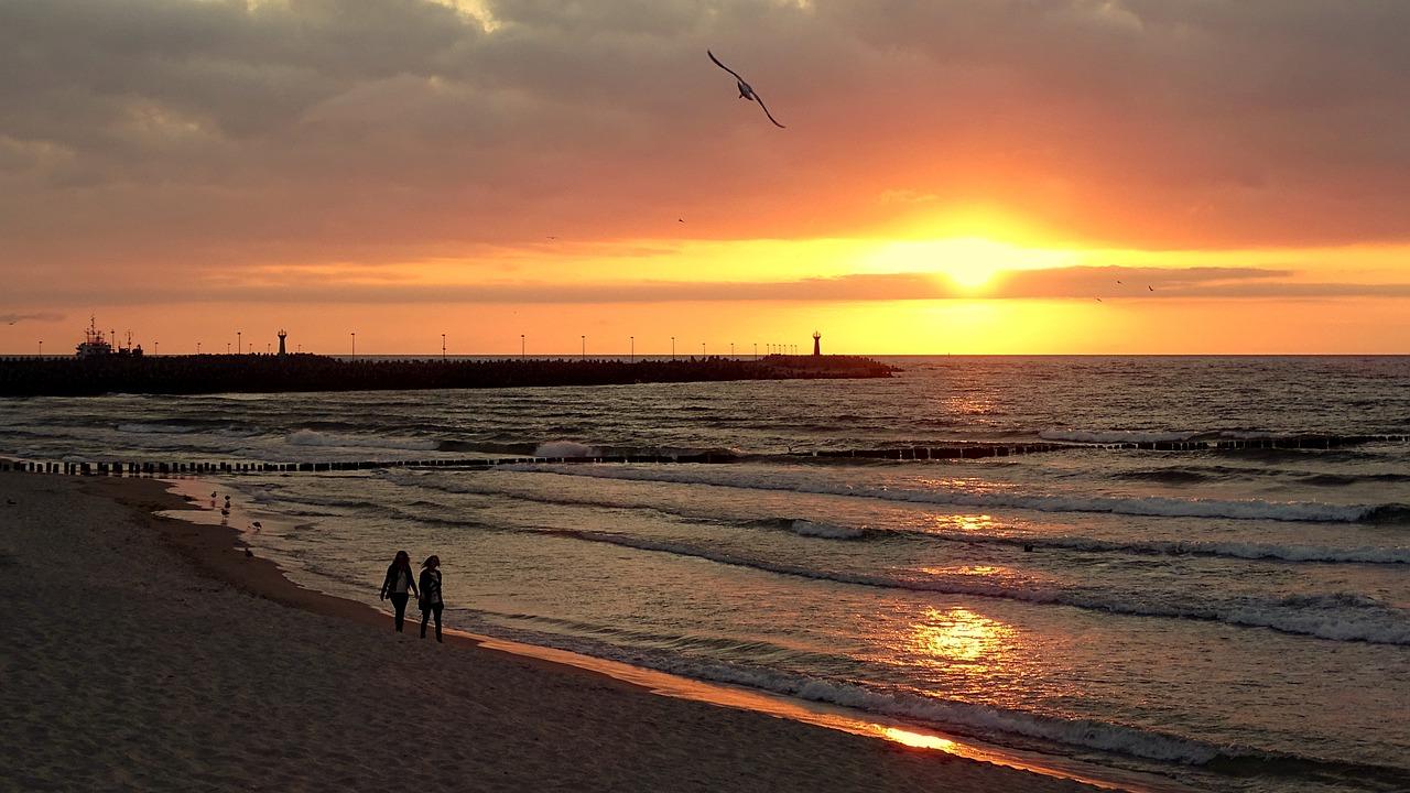 plaża w Kołobrzegu o zachodzie słońca